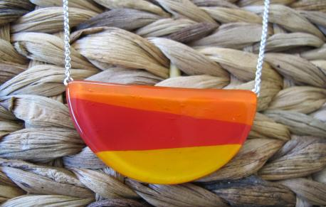 louga-collier-demi-lune-orange-peps-rouge-profond-jaune-orange